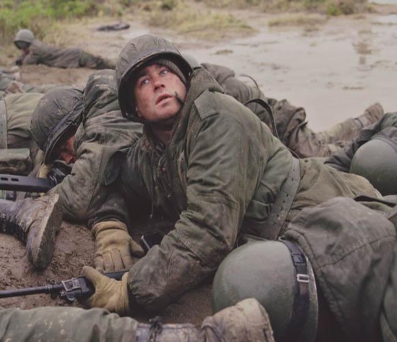 Soldados en la Guerra de las Malvinas. Escena de la película Iluminados por el fuego