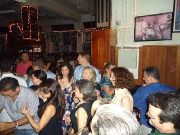 El bar de Cartagena es conocido por su música cubana, lugar al que la ex primera dama de EU acudió en la víspera del término de la Cumbre de las Américas.