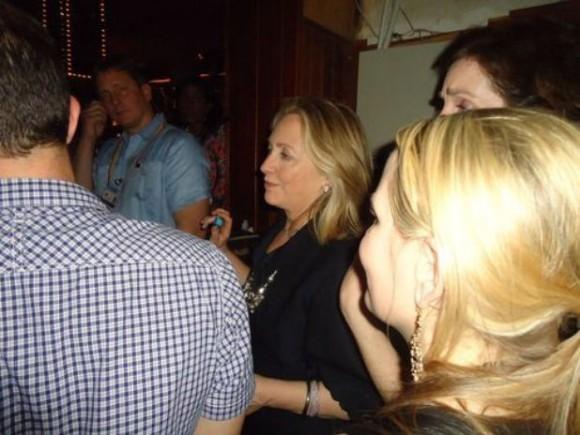 Clinton tomó un trago en el bar de salsa y luego bailó con un grupo de sus asesoras que la acompañaba.