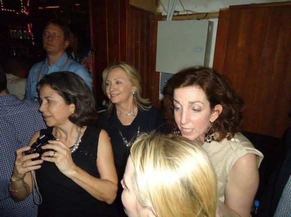 """Las fotos de la salida, que comenzó tarde debido a que Clinton participó en una cena oficial hasta pasada la medianoche, aparecieron en internet, incluyendo una que la mostró bailando bajo un cartel que decía """"Havana""""."""