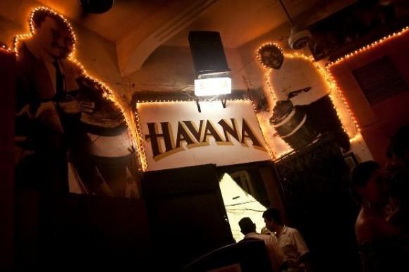 Dummies a escala natural de las más célebres estrellas de la canción cubana también hacen parte del sobrio estilo con el que está decorado el sitio, que como dato curioso está ventilado con abanicos que salieron de circulación hace rato.
