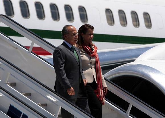 Al arribar a Cuba, junto a su esposa Margarita Zavala. Foto: Ismael Francisco.