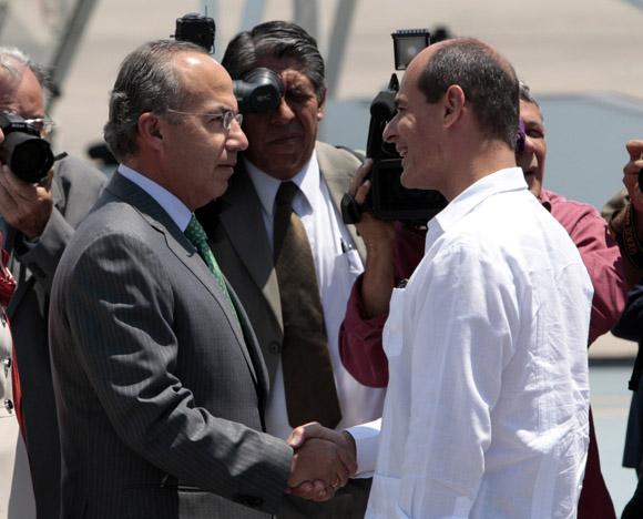 Llega a la Habana Felipe Calderon, presidente de Mexico, lo recibe en el aeropuerto Internacional Jose Marti, Rogelio Sierra vice canciller cubano. Foto: Ismael Francisco/Cubadebate