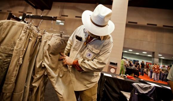 Bruce Larimer inspecciona pantalones chinos en una reunión de la Asociación Nacional del Rifle. Foto: The New York Times.