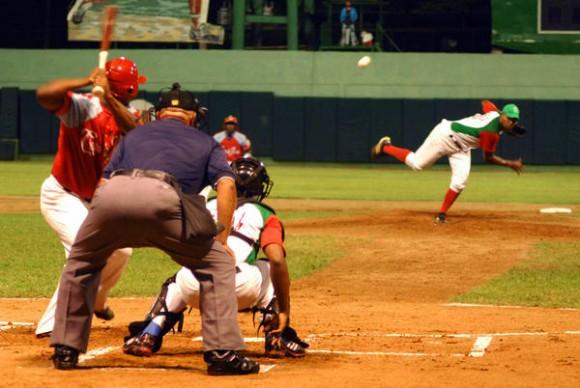 Los Leñadores (rojo y verde), de Las Tunas,  y Los Tigres,  de Ciego de Ávila,  en el segundo juego de los play off de la 51 Serie Nacional de Béisbol, celebrado en el estadio Julio Antonio Mella, en Las Tunas, el 26 de abril de 2012. AIN FOTO/Yaciel PEÑA DE LA PEÑA/sdl