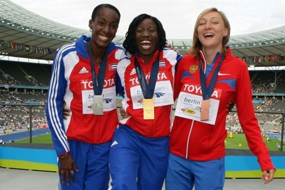 Las medallistas en triple salto (de izquierda a derecha) Mabel Gay de Cuba (plata), Yargeris Savigne de Cuba (oro) y Anna Pyatykh of Russia (bronce). Foto: Getty Images.