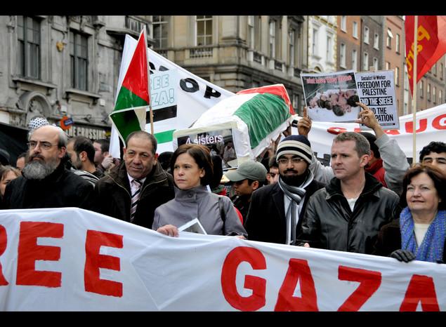 Mairead Corrigan Maguire en manifestacion por Gaza (extremo derecho)