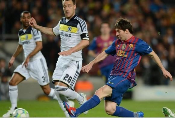 Lionel Messi chuta mientras John Terry le mira. / FOTO: ADRIAN DENNIS - AFP