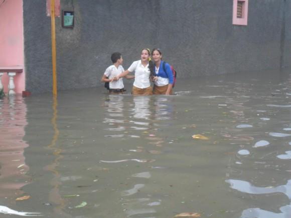 ¿Llegaremos a nuestras casas?...Así dicen estos adolescentes después de salir de la escuela y caer en menos de dos horas  166 milímetros de agua