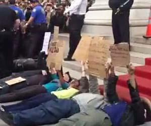 Manifestantes protestan acostados