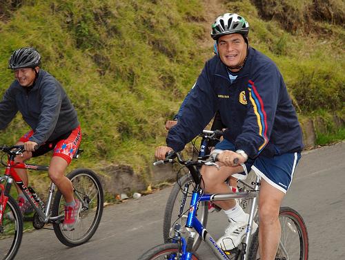 Presidente Correa en bicicleta. Foto: El ciudadano, Ecuador