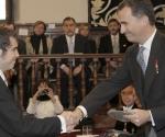 El príncipe de Asturias entrega a Cristóbal Ugarte, nieto de Nicanor Parra, el Premio Cervantes concedido al poeta chileno, quien por su avanzada edad no ha podido viajar a España- (EFE)
