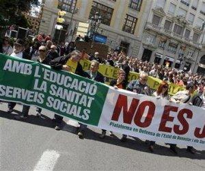 Miles de personas salieron el domingo a las calles de decenas de ciudades españolas para protestar por los recortes del gasto público anunciados por el Gobierno en pilares del estado de bienestar como la sanidad y la educación.
