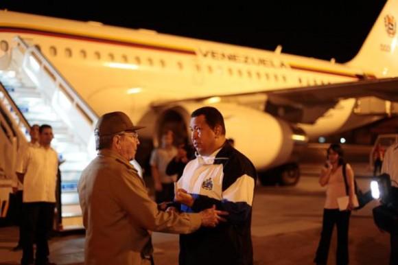El mandatario venezolano Hugo Chávez llegó esta noche a su natal estado Barinas luego de culminar el segundo ciclo de radioterapia al que se sometió en Cuba. En las gráficas difundidas por la Prensa Presidencial, podemos ver el momento en que Raúl Castro lo acompañó al aeropuerto del país caribeño para despedirse.