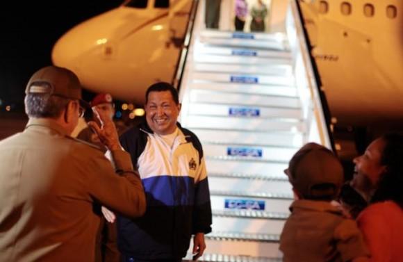 El mandatario venezolano Hugo Chávez llegó esta noche a su natal  estado Barinas luego de culminar el segundo ciclo de radioterapia al que  se sometió en Cuba. En las gráficas difundidas por la Prensa  Presidencial de Venezuela, podemos ver el momento en que Raúl Castro lo  acompañó al aeropuerto de La Habana para despedirse.