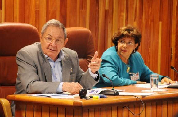 El General de Ejército Raúl Castro Ruz y Lina Pedraza Rodríguez, ministra de Finanzas y Precios. Foto: Estudios Revolución