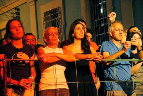 El público del barrio La Juanita, en Cienfuegos, interpreta las canciones del trovador