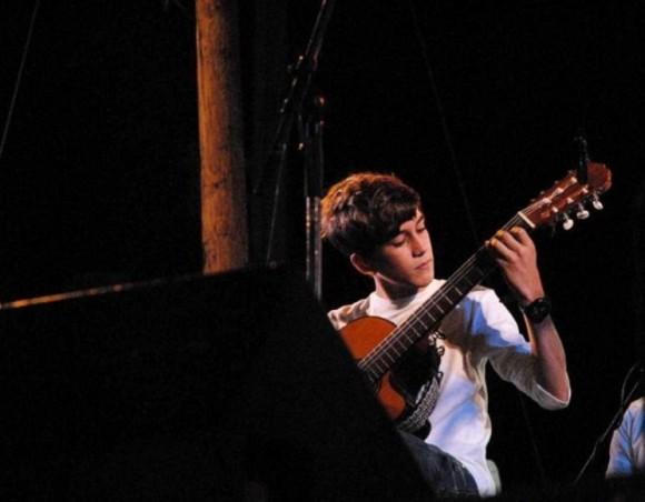 """Gabriel Novo, el benjamín de la familia musical cienfueguera """"Los Novo"""", quien ejecutara, a guitarra limpia, un Vals Latinoamericano, El pica pica."""