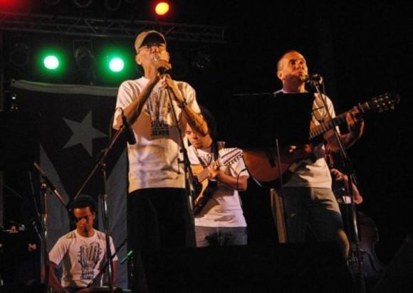 Los hermanos Novo, trovadores cienfuegueros, interpretan temas junto a Silvio