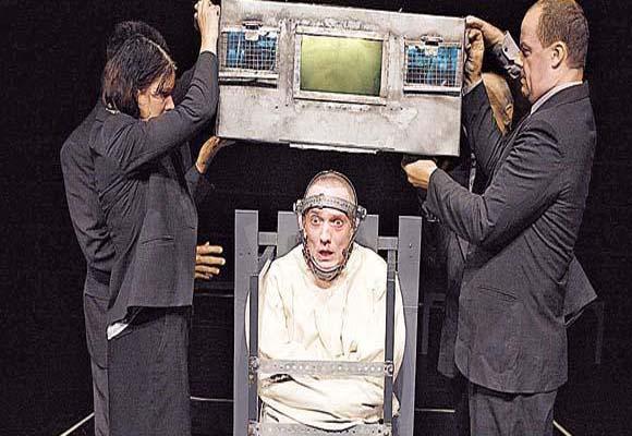 """Escena de """"1984"""", obra de teatro dirigida por Robbins, basada en la novela de George Orwell"""