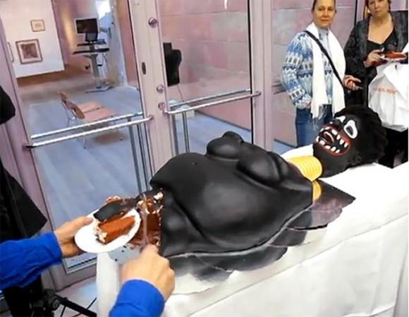 En el video puede verse a la ministra de Cultura sueca, Adelsohn Liljeroth, cortando muy sonriente las partes íntimas de la representación artística de una mujer siendo circuncidada. Foto: The Sun