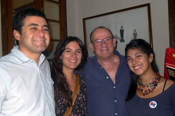 De derecha a izquierda: Karol Cariola, Silvio, Camila Vallejo y Luis Lobos ayer, viernes (santo) 6 de abril de 2012.