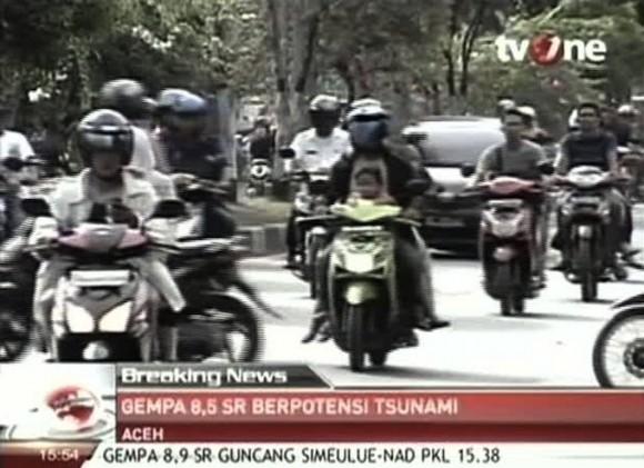 las personas en motocicletas y automóviles huir después de un fuerte terremoto sacudió en Aceh en Indonesia, Miércoles, 11 de abril 2012. Una alerta de tsunami fue emitida para los países de todo el Océano Índico, después de un gran terremoto golpeó las aguas de la costa de Indonesia el miércoles, lo que provocó el pánico en los residentes a lo largo de las costas huyeron a terrenos altos en los coches y en la parte trasera de las motocicletas. (Foto AP