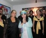 Zaida tuvo de invitados  en la inauguración de su exposición al Coro Schola Cantorum Coralina bajo la dirección de Alina Orraca. Foto: Marianela Dufflar.