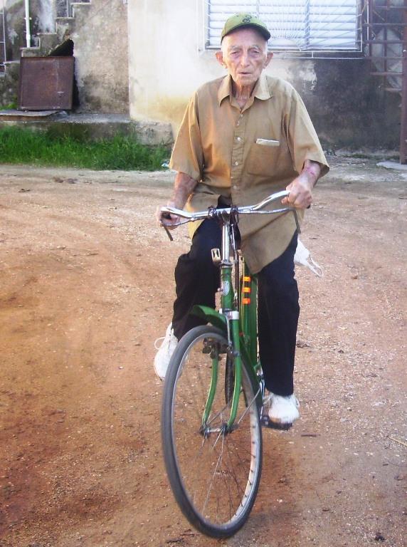 Hombre de 93 años que monta bicicleta