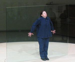 Abramovic, durante uno de sus performances