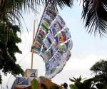 """Eleva sus velas """"El barco de la tolerancia"""", proyecto de los rusos Ilya y Emilia Kabakov, con 150 mensajes de paz pintados por niños y jóvenes cubanos. Foto: PL"""
