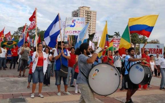 Estudiantes extranjeros junto al proletariado camagüeyano patentizaron su solidaridad al pueblo de Cuba, en el desfile por el primero de mayo, en la Plaza de la Revolución Ignacio Agramonte. AIN FOTO/ Rodolfo BLANCO CUE