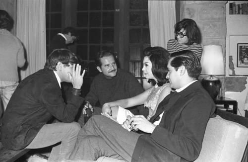 Con José Luis Cuevas y Víctor Flores Olea, entre otros amigos, en los años 60. Foto: Fundación María García y Héctor García