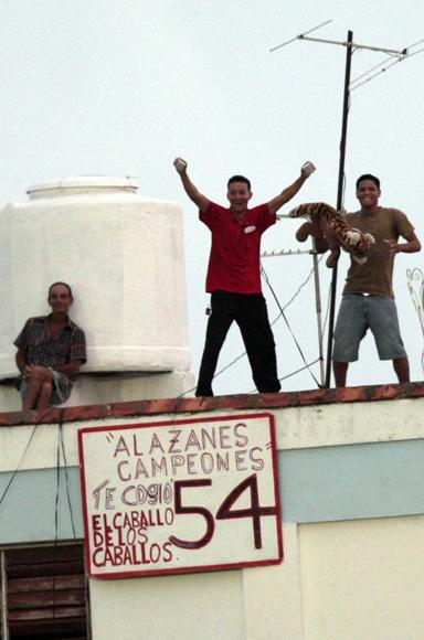 Celebran en azoteas aledañas al estadio el jonrón 40 de Alfredo Despaigne.  Foto: Ismael Francisco/Cubadebate.