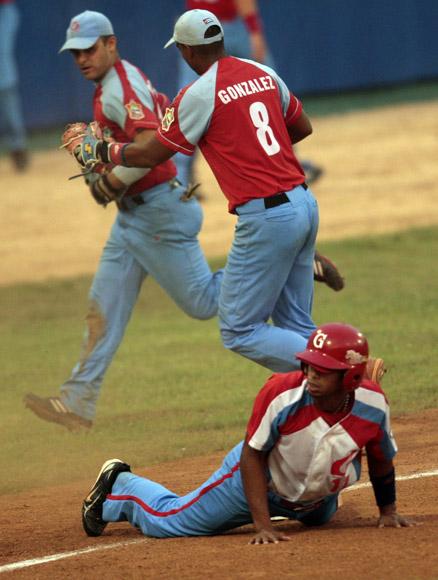 Raul Gonzalez felicita a Borroto despues de poner out en tercera a Marcos Fonseca.  Foto: Ismael Francisco/Cubadebate.