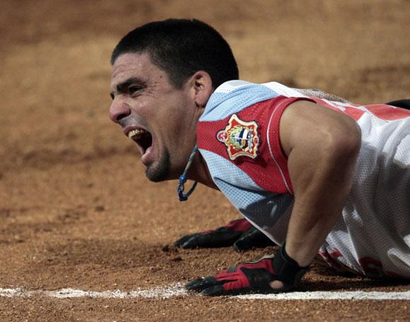 Mayito Vega se lesiona en primera base. Foto: Ismael Francisco/Cubadebate