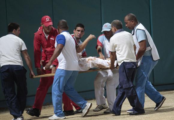 Retiran a Mayito Vega lesionado. Foto: Ismael Francisco/Cubadebate
