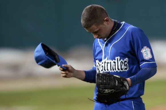 Antonio Romero, el lanzador azul, trabajó bien, pero no ganó. Foto: Ismael Francisco/Cubadebate