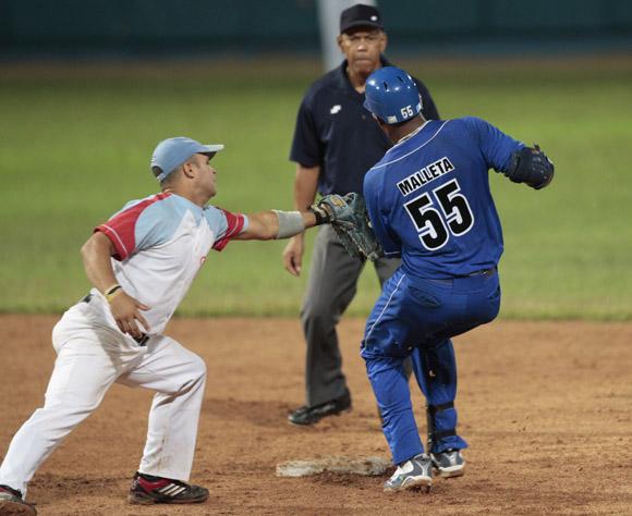 Malleta es puesto out en segunda base. Foto: Ismael Francisco/Cubadebate