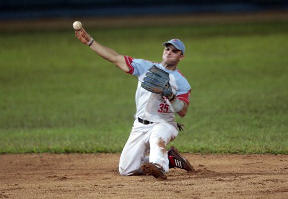 Yorbis Borroto saca un out rodilla en tierra. Foto: Ismael Francisco/Cubadebate