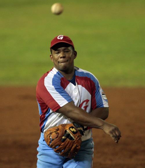 Ramón Tamayo cierra los ojos y tira a primera base, cometiendo un error mental al no forzar en home. Foto: Ismael Francisco/Cubadebate.