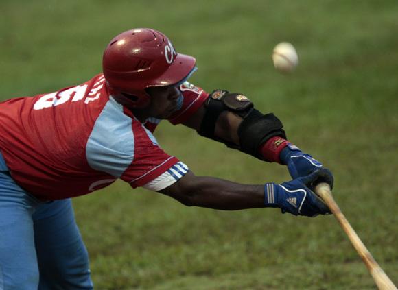 Lisney Díaz intenta tocar la bola. Foto: Ismael Francisco/Cubadebate.