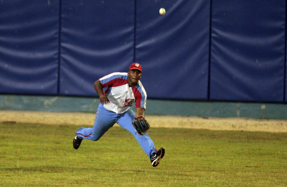 Despaigne intenta a trapar una línea. Foto: Ismael Francisco/Cubadebate.