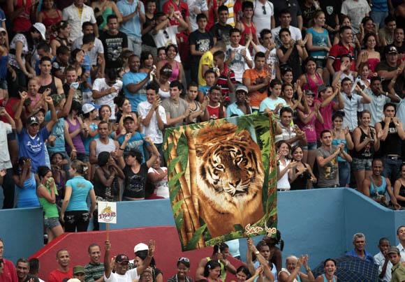 Aficionados en el estadio. Foto: Ismael Francisco/Cubadebate