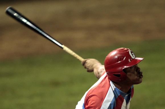Yordanis Samón se poncha con las bases llenas. Foto: Ismael Francisco/Cubadebate.