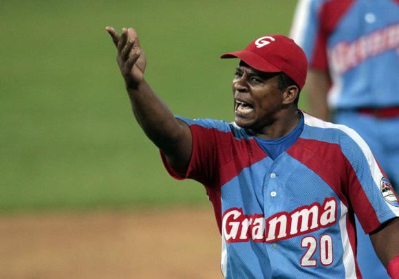Ramon Tamayo le protesta a su lanzador. Foto: Ismael Francisco/Cubadebate.
