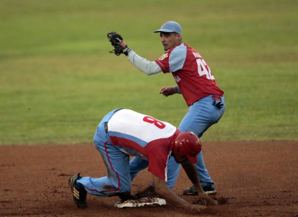 Yordanis Samón, llega quieto a segunda base. Foto: Ismael Francisco/Cubadebate.