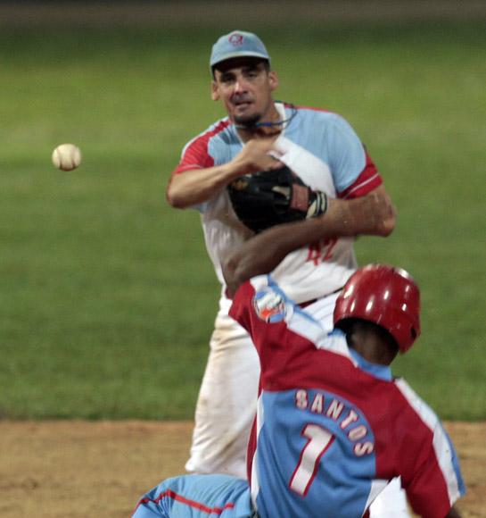 Mario Vega pone out en segunda base a Roel Santos. Foto: Ismael Francisco/Cubadebate.