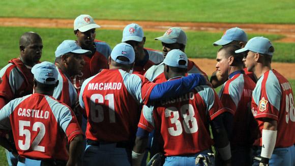 Roger Machado reune a sus peloteros  al concluir el medio juego. Foto: Ladyrene Pérez/Cubadebate.