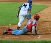 Mario Vega con un juego agresivo llega quieto a primara base. Foto: Ladyrene Pérez/Cubadebate.